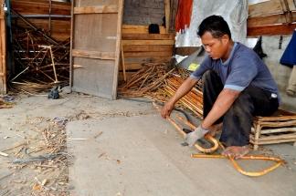 Pak Firman ( 42) seorang pengrajin rotan yang ada di Pekanbaru sedang membengkok kan rotan getah. Sebagian besar hasil olahan pak Firman sudah di kirim ke berbagai kota di luar Pekanbaru.