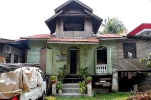 Rumah Tenun Hasnah Munodo, rumah tua yang terletak di tepi sungai Siak ini merupakan salah satu sentra kerajinan tenun Siak yang berada di Pekanbaru.