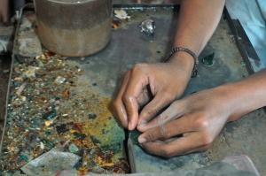 Selain menjual batu alam, di pasar Palapa juga menyediakan jasa pemotongan dari batu alam. (2)