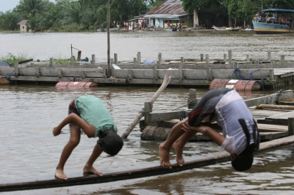 Anak anak desa Buluh Cina, menggunakan sungai sebagai tempat bermain dan mandi mereka.